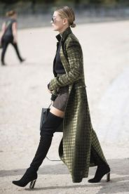 PARIS, FRANCE - OCTOBER 01: Hailey Baldwin is wearing Haider Ackerman jacket, YProject shirt, Bec and Bridge skirt and boots from Dior seen before teh Elie Saab show in the streets of Paris on October 1, 2016 in Paris, France. (Photo by Timur Emek/Getty Images)TELVA 941 SEPTIEMBRE 2017 COLECCIONES Y ACCESORIOS DE COMPRAS 10 mandamientos